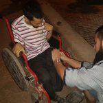 Najiba helpt man in rolstoel